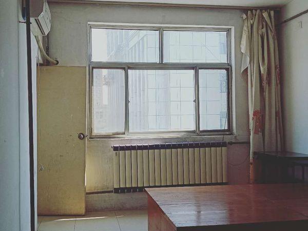 金城小区二楼、家具齐全、1000元
